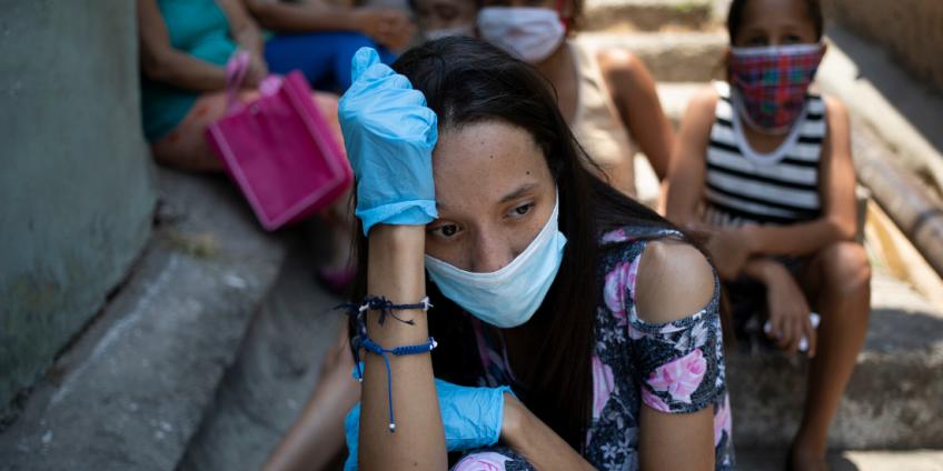 Una mujer, con mascarilla y guantes para protegerse del coronavirus. Foto: Ariana Cubillos, AP